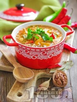 Богата пикантна пилешка супа с картофи, моркови, гъби, чушки, фиде и топла запържена застройка от брашно, масло и червен пипер - снимка на рецептата